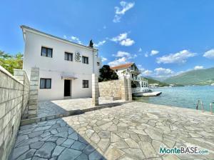 Дом в Черногории со своим пляжем на Которском заливе AS01434_27.JPG