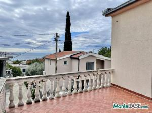 Дом в Черногории на два апартамента, город Бар AS01523_16.JPG